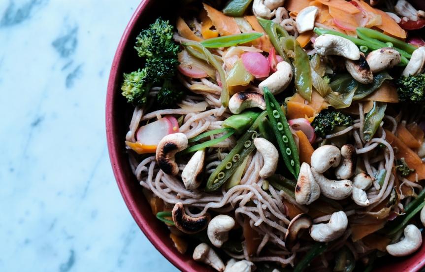Wholegrain noodles with crispy veggies and lime sauce/Fullkornsnudlar med krispiga grönsaker ochlimesås